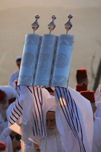israelite samaritans raising torah